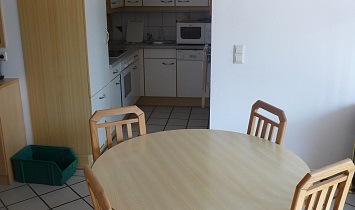 Dining table with views to the cooking area in the Classic apartments